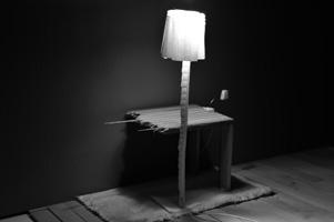 Interieur van tafel, lampen en vloerkleed in miniatuur