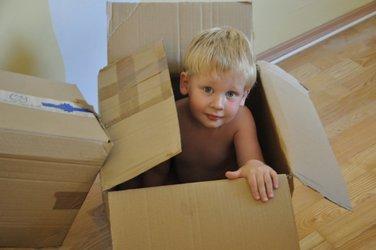 kind in verhuisdoos