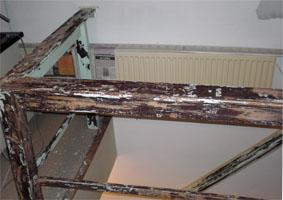 Verf van de houten balustrade verwijderen